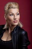 Schönheitssänger im schwarzen Leder auf rotem Portrait Stockfotografie