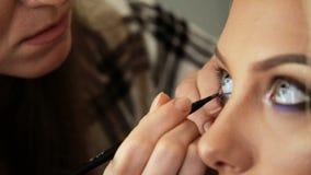 Schönheitssaal Maskenbildner malt die Schatten auf den Augen mit Bürste Blondinen stock video
