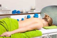 Schönheitssalon. Frau, die Massage des höhlenden Glases des Badekurortes Vakuumerhält lizenzfreies stockbild
