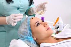 Schönheitssalon, Gesichtsschalenmaske mit Harzöl und Fruchtsäuren Stockfotografie