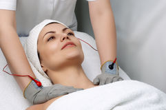 Schönheitssalonserie. elektrische Massage Stockfotografie