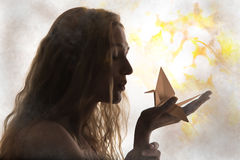 Schönheitsschattenbild und Origami strecken sich auf ihrer Palme lizenzfreie stockfotografie