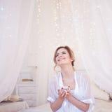 Schönheitsspaß lacht im trinkenden Kaffee des Schlafzimmers Ein Mädchen hält Schale, genießen ein Getränk Quadratisches Getreide Lizenzfreie Stockfotografie
