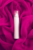 Schönheitsspray (Aerosol) über rosa (purpurrotem) vapory Stoff Stockbilder