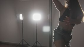 Schönheitsstangentanz am dunklen Studio mit Spiegel Schließen Sie oben vom Mädchen stock footage