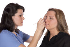Schönheitstechniker, der Make-up auf Kunden anwendet Lizenzfreie Stockfotos