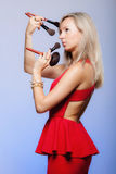 Schönheitsverfahren, Frau hält Make-upbürsten nahe Gesicht stockbilder