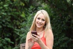 Schönheitsversenden von sms-nachrichten auf ihrem Mobile Lizenzfreie Stockfotografie