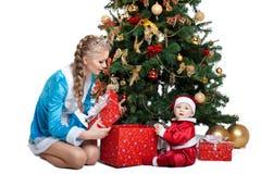 Schönheitsweihnachtsmädchenspiel mit Schätzchen Weihnachtsmann Stockbilder