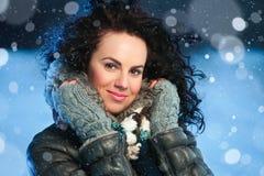 Schönheitswinterporträt der jungen attraktiven Frau über schneebedecktem Weihnachtshintergrund Lizenzfreie Stockfotografie