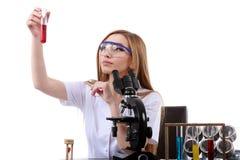Schönheitswissenschaftler im Labor führen verschiedene Operationen durch Lizenzfreies Stockbild