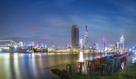 Schönheitswolkenkratzer entlang Flusslicht machen hinunter städtisches glatt Lizenzfreie Stockfotografie