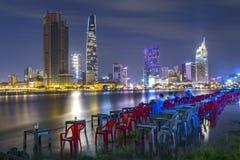 Schönheitswolkenkratzer entlang Flusslicht machen hinunter städtisches glatt Stockfotografie