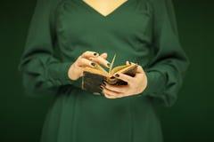 Schönheitszahl in dunkelgrünem 50 ` s Kleid, das Weinlesebuch hält Lizenzfreies Stockfoto