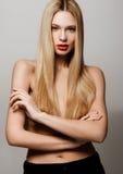 Schönheitszaubermodell mit glänzender blonder Frisur Lizenzfreie Stockfotos