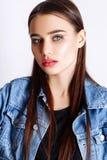 Schönheitszaubermodell-Modekleidung trägt, zufällige Art Hübsches Hintergrundstudio des dunklen Haares des Gesichtes weißes Lizenzfreie Stockfotos