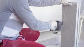 Schönheitszeitlupe im Bau und in der Reparatur - Gips-Nut und Feder-Blöcke des männlichen Erbauers sägende stock video