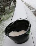 Schöpfen Sie mit dem Salz, das benutzt wird, um Eis und Schnee zu schmelzen stockfotografie