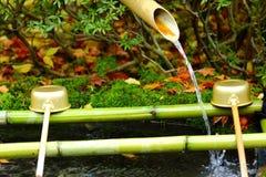 Schöpflöffel im japanischen Tempel Stockfotos