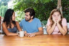 Schüchterne allein stehende Frau, die auf einen Mann für die Datierung wartet lizenzfreies stockbild