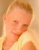 Schüchterne blonde Frau Lizenzfreie Stockfotografie