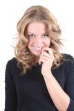 Schüchterne blonde Frau im Schwarzen Lizenzfreie Stockfotos