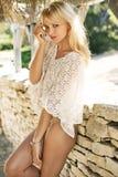 Schüchterne blonde Frau im tropischen Erholungsort Stockfotografie