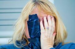Schüchterne Blondine der Kamera Stockfotografie