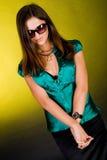 Schüchterne Dame auf grüner Bluse und Sonnenbrillen lizenzfreies stockfoto
