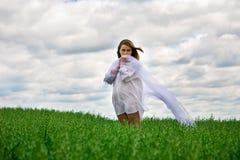 Schüchterne Frau im Weiß Lizenzfreie Stockbilder