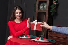 Schüchterne Frau lehnt Geschenk im Restaurant ab Stockfotografie