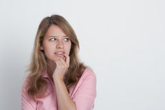 Schüchterne junge Frau lizenzfreies stockfoto
