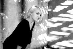Schüchterne junge Frau Stockfoto