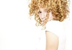 Schüchterne junge Frau mit schönen blonden Rotationen Stockfotos