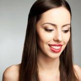 Schüchterne schöne junge Frau mit großem weißem Lächeln lizenzfreie stockbilder