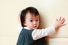 Schüchterner Blick des kleinen Mädchens auf Kamera Lizenzfreie Stockfotos