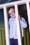 Schüchterner Junge stockfotografie
