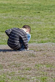 Schüchterner junger Junge Stockfotos