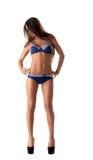 Schüchternes langbeiniges Mädchen, das im modernen Badeanzug aufwirft Stockfotografie
