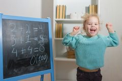 Schüler auf einer Tafel löst mathematische Beispiele lizenzfreies stockfoto