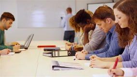 Schüler beim Schullernen Stockbild