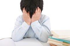 Schüler, der durch seine Heimarbeit betont wird Lizenzfreies Stockbild