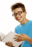 Schüler, der ein Buch liest Stockbild