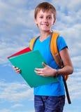 Schüler der Grundschule mit Rucksack und Büchern Stockfoto