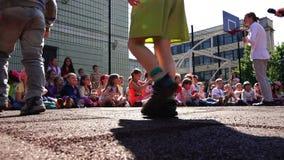 Schüler der Grundschule passen das Schauspieltalent von Künstlern auf stock video