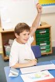 Schüler, der im Klassenzimmer studiert Lizenzfreie Stockbilder