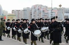 Schüler der Moskau-Militärmusik-Schule bereiten sich für die Parade am 7. November im Roten Platz vor Stockfotos