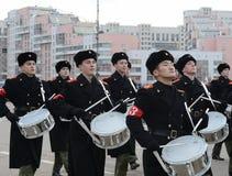 Schüler der Moskau-Militärmusik-Schule bereiten sich für die Parade am 7. November im Roten Platz vor Lizenzfreie Stockfotografie