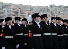Schüler der Moskau-Staats-Pension bereiten sich für die Parade am 7. November im Roten Platz vor Lizenzfreie Stockfotos
