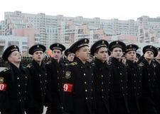 Schüler der Navigationsschule bereiten sich für die Parade am 7. November im Roten Platz vor Lizenzfreies Stockbild